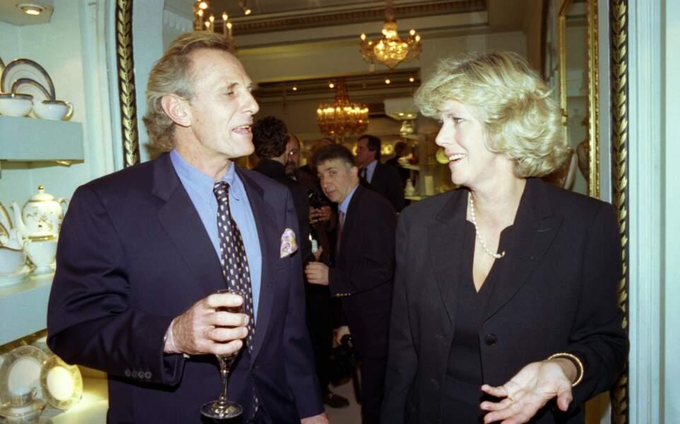 13 octobre 1998 : Camilla Parker Bowles lors d'un diner mondain aux côtés de son frère, aujourd'hui décédé, Mark Shand.