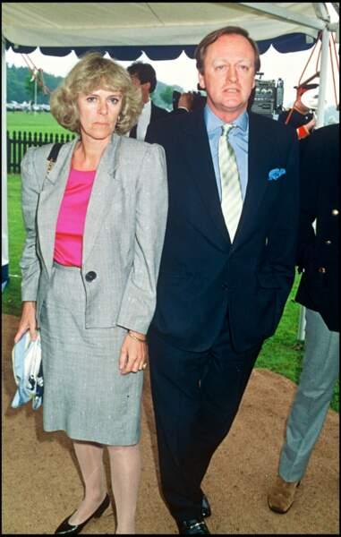 1992 : Camilla Parker Bowles en tailleur gris, aux côtés de son ancien époux, Andrew Parker Bowles, avec qui elle a eu deux enfants.