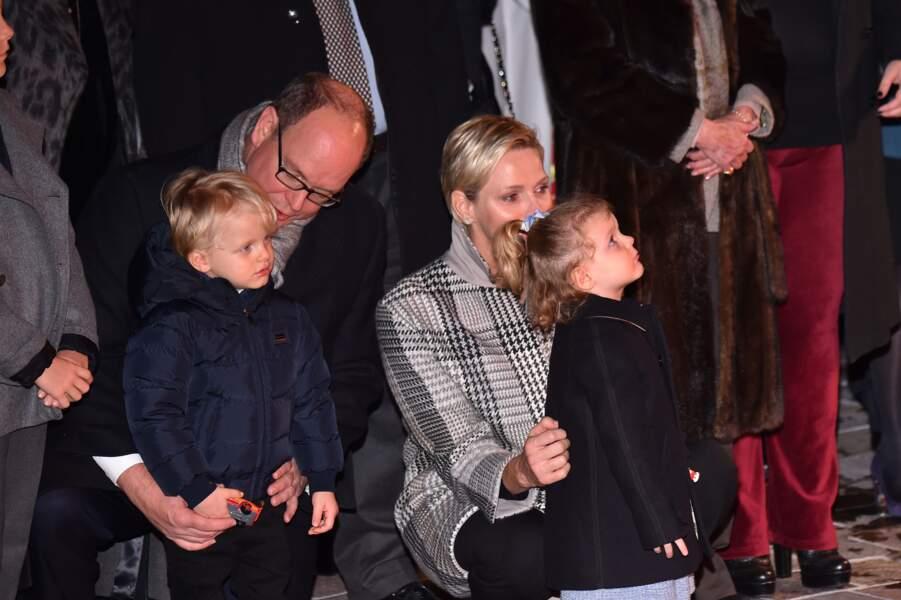 26 janvier 2018 : Le prince Albert II de Monaco, la princesse Charlène et leurs enfants, le prince Jacques et la princesse Gabriella lors de la traditionnelle célébration de la Sainte Dévote. Les deux enfants se ressemblent beaucoup de profil.