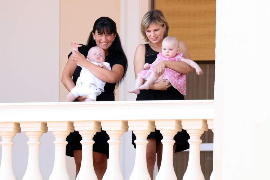 11 juillet 2015 : Le petit prince et la princesse de Monaco trop mignons en compagnie de leurs nourrices. C'était lors du premier jour des célébrations des 10 ans de règnes du prince. Il semblerait que Jacques de Monaco fasse une sieste en public.