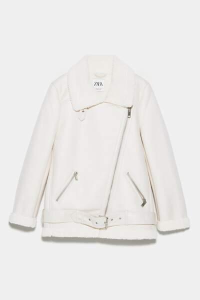 La veste de motard avec son col à revers et aux manches longues, une doublure intérieure effet mouton, Zara, 89,95€.