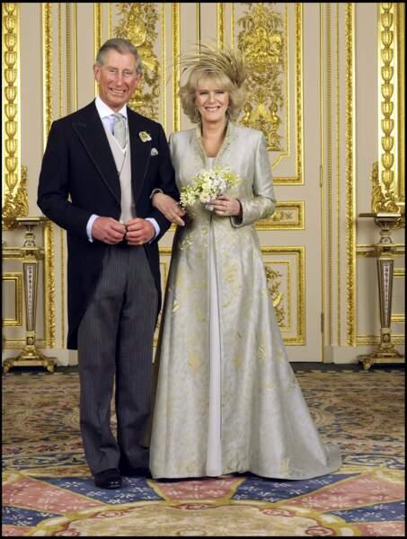 Avril 2005 : La duchesse Camilla et le prince Charles se marient et leur union était approuvée par la Reine. Cela étant dit, Camilla Parker Bowles portait une robe écru, beige et doré, car il s'agit d'un secon mariage pour tous les deux.