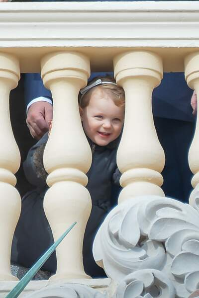 27 janvier 2017 : toute mignonne, la princesse Gabriella semble beaucoup s'amuser lorsqu'elle se trouve sur le balcon du palais princier.