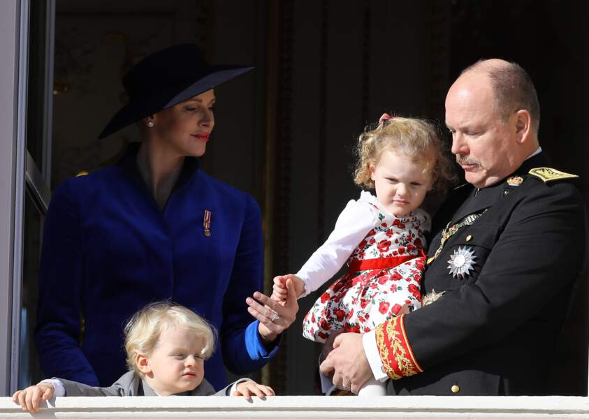 19 novembre 2017 : Les cheveux poussent pour le prince et la princesse de Monaco. La famille princière était présente à l'occasion de la fête monégasque mais ils ont l'air totalement éblouis par le soleil.