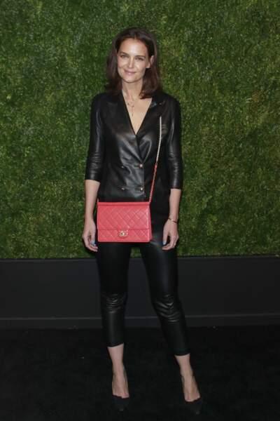 Katie Holmes glamour dans un total look cuir en pantlaon 7/8ème et blazer au col façon perfecto.
