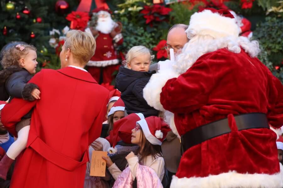 14 décembre 2016 : La princesse Gabriella et son frère Jacques de Monaco rencontrent le père Noël. La petite princesse ne semble pas ravie par cette rencontre.