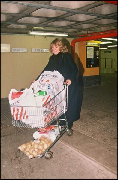 20 décembre 1993 : Une duchesse qui fait ses courses ? Camilla Parker Bowles était une femme comme les autres, active et décontractée.