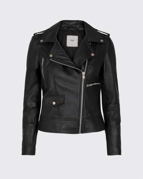 La veste en cuir noir aux détails argentés sur le col et à la taille, Minimum, 240€.