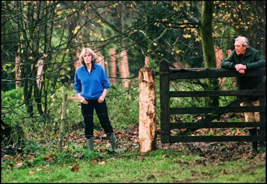 1992 : Camilla Parker Bowles en forêt, accompagnée de son père le Major Bruce Shand.