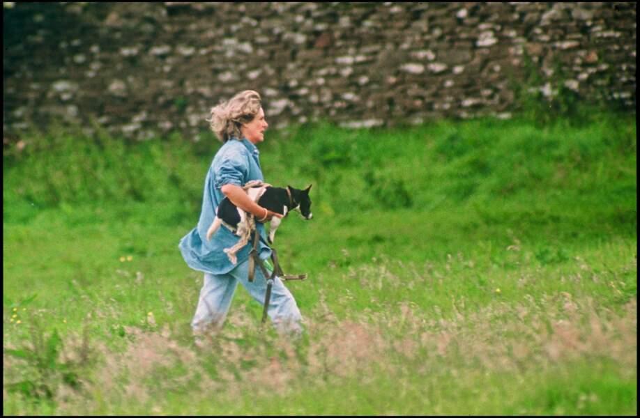 1993 : Camilla Parker Bowles dans son jardin à Middlewick portant une tenue champêtre.