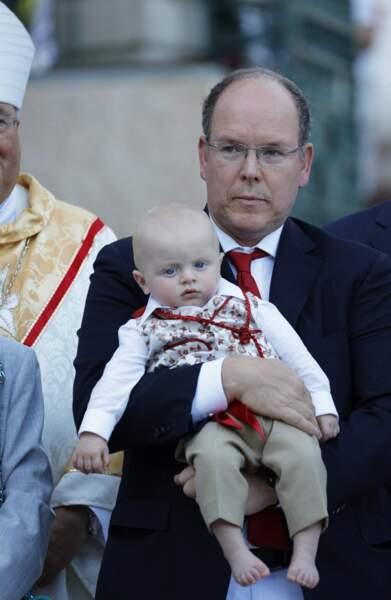 28 août 2015 : Le prince Albert II tenant dans ses bras son fils héritier Jacques à l'occasion du pique-nique traditionnel de la famille princière.