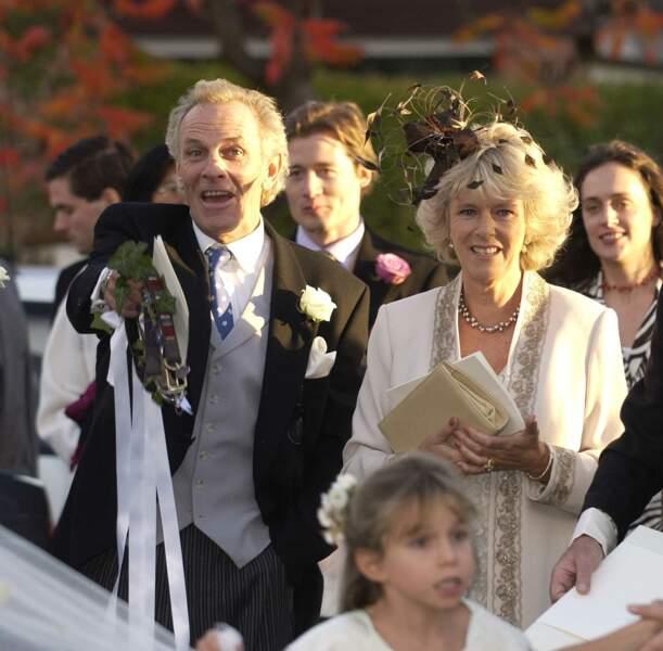 Mai 2001 : Camilla Parker Bowles vêtue de blanc lors d'un mariage. Elle était aux côtés de son frère, Mark Shand, un homme très apprécié des personnalités anglaises.