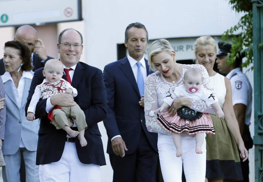 28 août 2015 : Le prince et la princesse de Monaco accompagnés de la famille de Massy, emmènent leurs enfants Jacques et Gabriella au pique-nique traditionnel qui se tient chaque année au Parc de la princesse Antoinette. Les deux bébés semblent avoir la même expression.