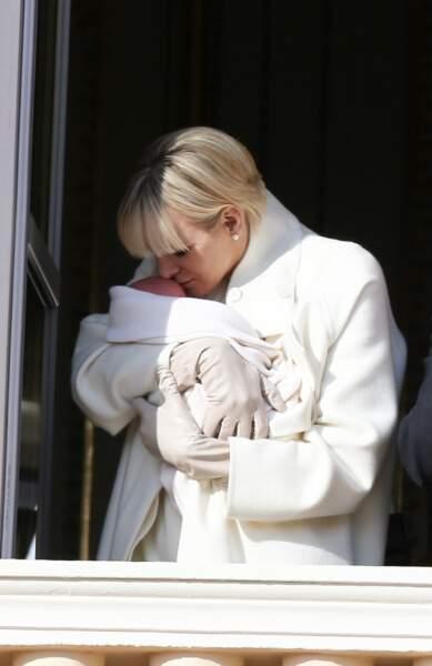 7 janvier 2015 : La princesse Charlène présente sa fille, la princesse Gabriella, à la population monégasque. C'est une des rares photos montrant la princesse faire démonstration de ses sentiments en public.