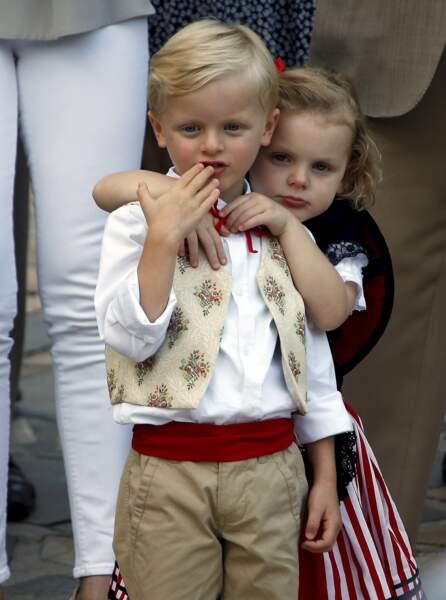"""31 août 2018 : Le prince Jacques et la princesse Gabriella sont très proches naturellement.  La famille a assisté à une danse folklorique animée par le groupe """"La Paladienne""""."""