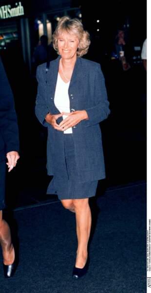 septembre 1999 : Camilla Parker Bowles porte un tailleur assez moderne pour l'époque à l'aéroport Heathrow à Londres.