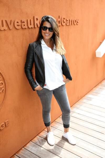 Karine Ferri opte pour un look décontracté et un brin spory en jean et veste en cuir.