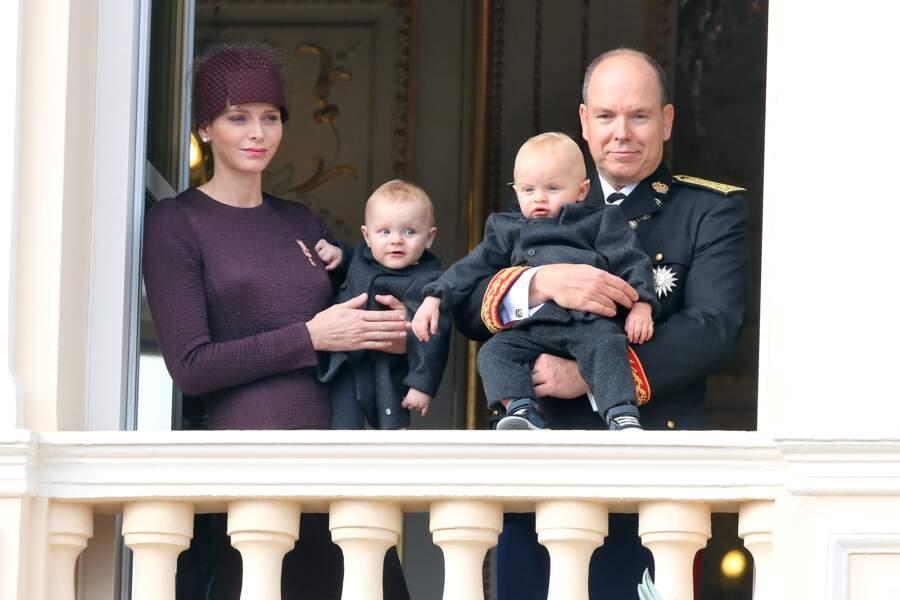 19 novembre 2015 : Les jumeaux de Monaco grandissent rapidement, une copie-conforme blonde aux yeux bleus.
