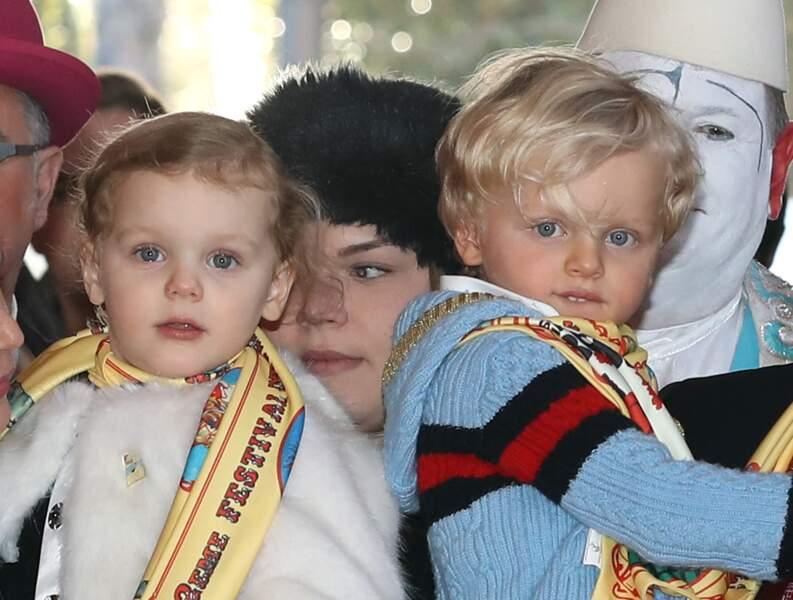 21 janvier 2018 : Les jumeaux avaient 4 ans lors de cette excursion. Sur cette photo, on observe facilement les similitudes et les différences entre les deux enfants de Charlène et du prince Albert II de Monaco.
