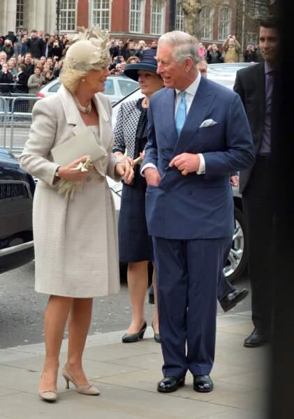 10 mars 2014 : Camilla Parker Bowles et le prince Charles assistant à la messe annuelle du Commonwealth à Londres. La duchesse porte une tenue complète de la même couleur, en revanche son collier de perles est différent.