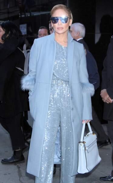 Jennifer Lopez scintillante dans une combinaison à sequins bleu ciel dans les rues de New York.