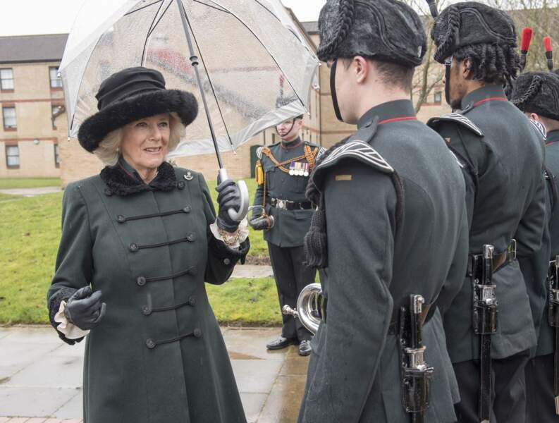 27 février 2017 : Camilla Parker Bowles, reste dans le même style lors d'une visite auprès des familles de soldats déployés en Irak. Le manteau classique aux couleurs sobres, est de nouveau assorti au chapeau.