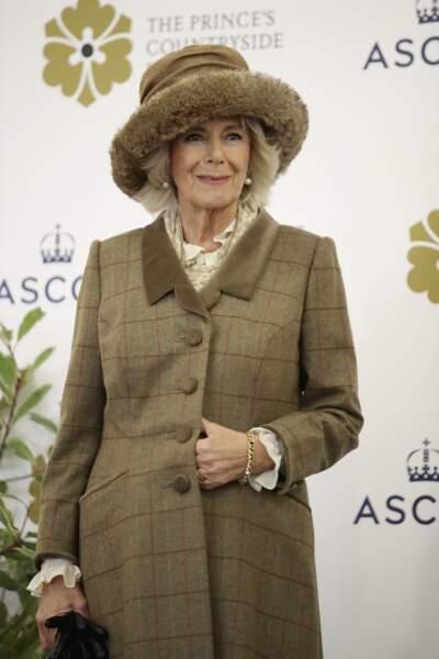 24 novembre 2017 : A Ascot, la duchesse de Cornouailles portait de nouveau un tailleur, cette fois ci à carreau et de nouveau accompagnée d'un chapeau et d'une veste très fermée.