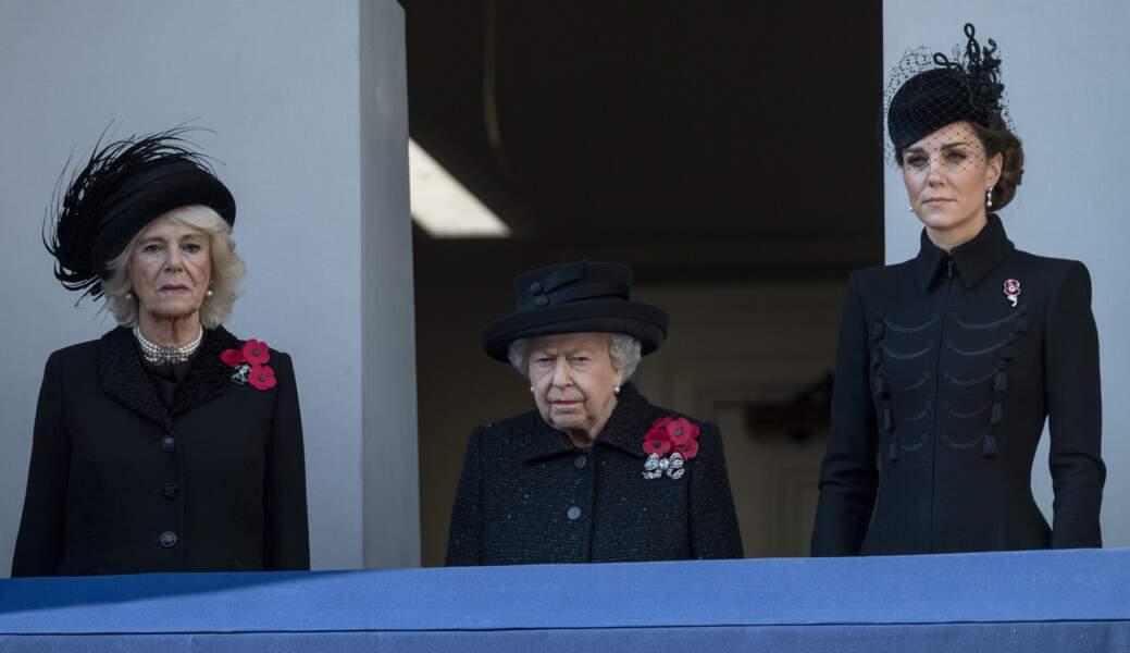 10 novembre 2019 : Camilla Parker Bowles aux côtés de la reine Elizabeth II et de Kate Middleton lors du National Service of Remembrance à Londres. La duchesse de Cornouailles, tout de noir vêtue, porte un tailleur classique.