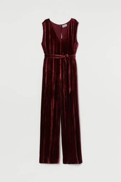 Combinaison en velours rouge bordeaux au pantalon ample à l'encolure plongeantes , H&M, 149€.