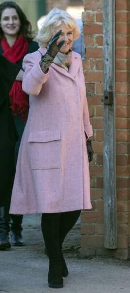 14 décembre 2018 : Camilla Parker Bowles visitait le campus Lackham avec un Manteau rose pâle, de nouveau une tenue sobre.