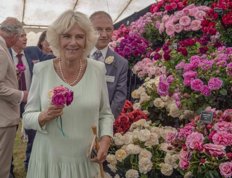 24 juillet 2019 : La duchesse de Cornouailles lors d'une visite de l'exposition florale de Sandringham. La princesse porte de nouveau son collier de perles ainsi qu'une robe pastel. Une tonalité que Camilla porte régulièrement.