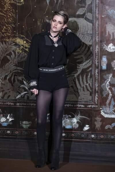 Kristen Steward rock et glamour dans une combishort pour le défilé Chanel Métiers d'Art 2019/2020.