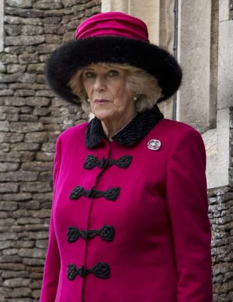 25 décembre 2017 : A la messe de Noël 2017, Camilla Parker Bowles portait un ensemble tailleur et chapeau, qui malgré sa couleur fushia est très classique.