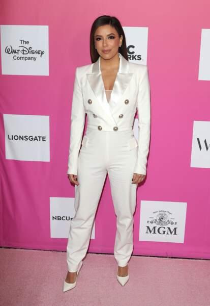 Eva Longoria fait sensation dans une combinaison smocking blanche à Santa Monica.