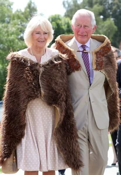 21 novembre 2019 : Le prince Charles et la duchesse de Cornouailles lors d'une visite en Nouvelle-Zélande. Pour cette fois, la princesse portait une robe à poids plus ouverte avec un collier de perles.