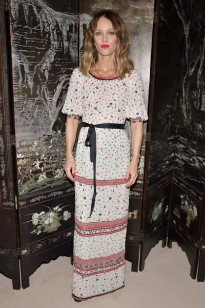 Vanessa Paradis a fait preuve d'élégance dans une longue robe blanche aux motifs graphiques, marquée par une fine ceinture satinée noire à la taille
