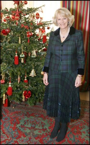 """19 décembre 2007 : Camilla Parker Bowles rendait visite, comme de nombreuses fois, à l'hospice """"Douglas and Helen"""".La duchesse porte comme à son habitude un tailleur deux pièces assortis."""