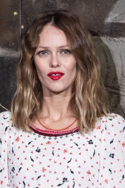 Vanessa Paradis a opté pour une bouche rouge mettant en valeur son teint