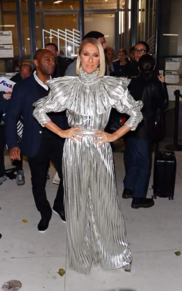 Céline Dion toujours aussi extravagante dans une combinaison  gris métallisé de la marque Rodarte.