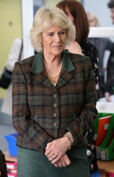 9 février 2016 : Le tailleur est de retour ainsi que le collier de perles lors d'une visite de Camilla Parker Bowles à l'école primaire Forest and Sandridge Church of England à Melksham.