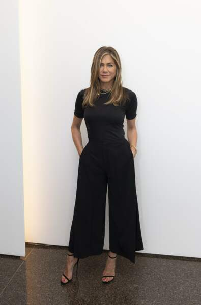 Jennifer Aniston opte pour une combinaison large, grande tendance de la saison.