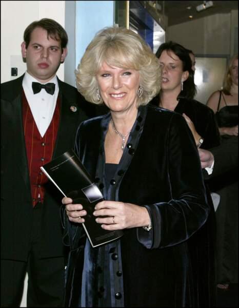 29 novembre 2004 : Camilla Parker Bowles semble aimer la matière du velours lorsqu'elle se rend en soirée.