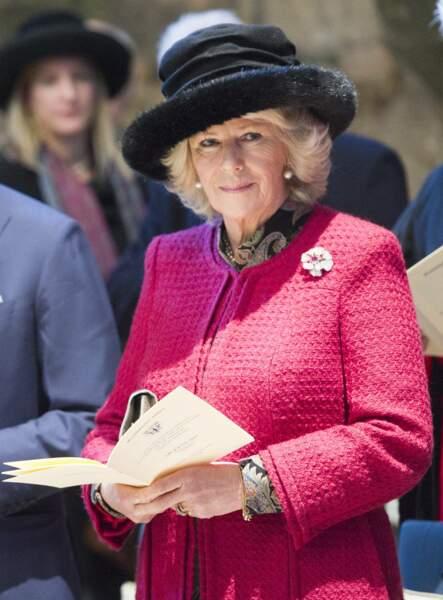 7 février 2012 : Lors de la cérémonie pour le bicentenaire de la naissance de Charles Dickens. La duchesse de Cornouailles a opté pour une veste simple classique de couleur rose ainsi qu'un chapeau noir avec les bords en fourrure.