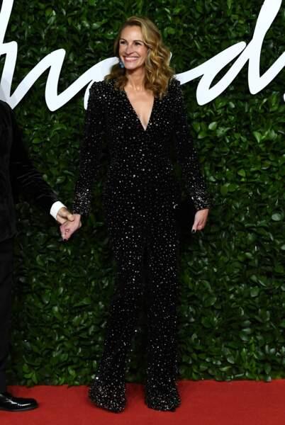 Julia Roberts brille de mille feux dans une combinaison en velours noir serti de strass signée Armani.
