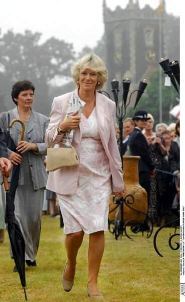 2002 : Camilla Parker Bowles habillée avec des tons légers, se rendait au Sandringham Flower Show.