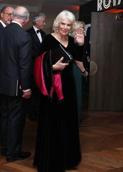 """4 décembre 2019 : La duchesse Camilla Parker Bowles à la première de """"1917"""" à Londres. Accompagnée du prince de Galles, Camilla portait une somptueuse robe longue, très glamour."""