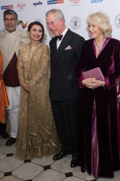 3 février 2015 : Lors d'un dîner de charité à Londres, Camilla Parker Bowles portait une longue robe de velours assortie à son sac, mignon mais très classique.