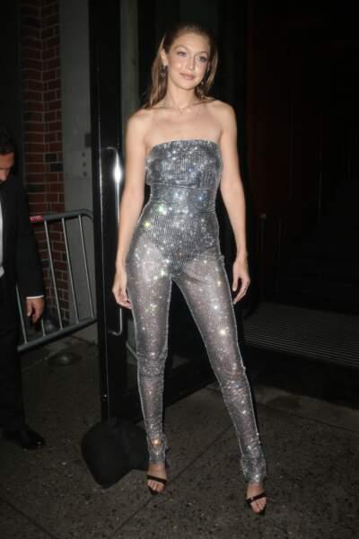 Gigi Hadid joue les disco girl dans une combinaison bustier moulante à paillettes transparente pour participer à la soirée Messika x Gigi Hadid lors de la fashion week de New York.