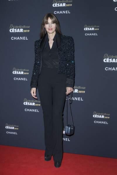 Monica Belluci au top du glamour dans un smoking noir à la veste blazer pailletée.