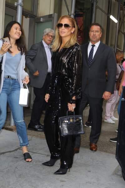 Jennifer Lopez sexy dans une combinaison pantalon moulante à sequins noirs dans les rues de New York.